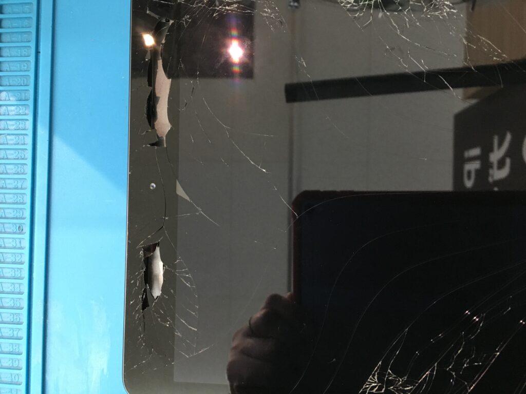 iPadの画面が割れて中まで見えてしまってます